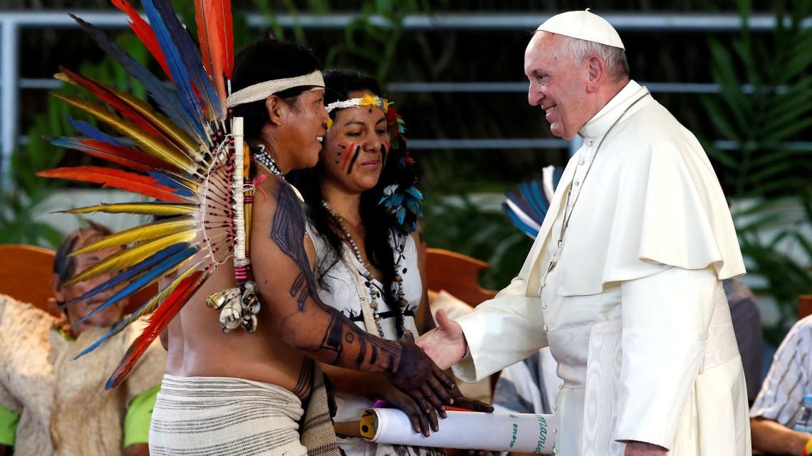 Papa Francisco com membros das comunidades aborígenes da Amzônia, Puerto Maldonado, Peru.