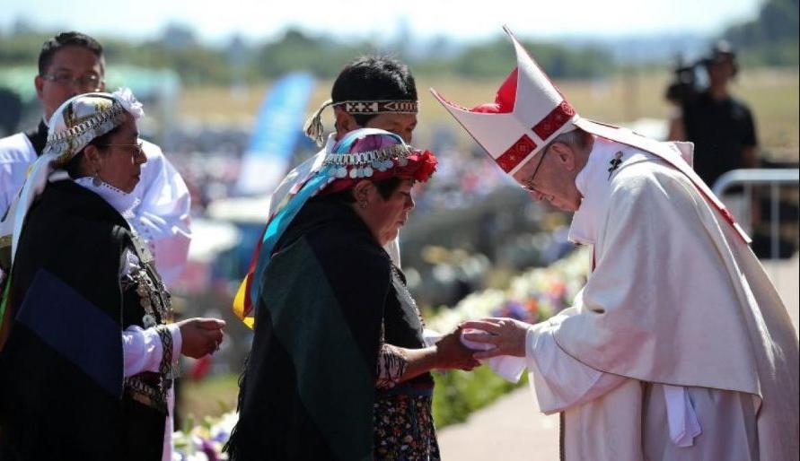 Papa Francisco com membros da comunidade Mapuche em Temuco, Chile.